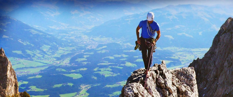 Alpinsport Guide balanciert auf dem wunderschönen Felsen / Berg