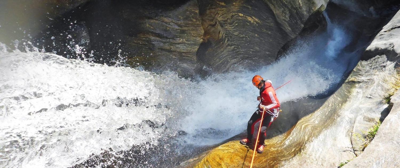 Mann im Wasser beim Outdoor Adventure im atemberaubenden Wasser des Canyons