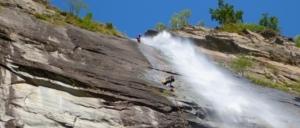 Zwei Leute beim Canyoning Bodengo nahe dem atemberaubenden Wasserfall